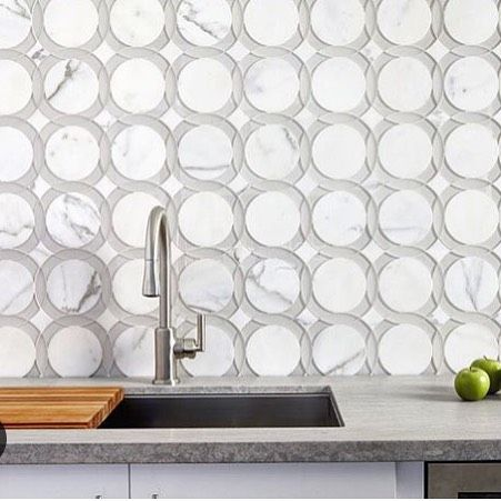 A swoon-worthy #TileTuesday #kitchen #backsplash featuring the Rockefeller #pattern from @annsacks' Liberty #glass / #stone #mosaic collection.  #artisan #architecture #decor #design #home #homeinspo #instastyle #interiors #interiordesigner #idcdesigners #kitchendesign #luxury #luxe #marble #mosaics #remodel #renovation #stylish #stonedesign #tileometry #tiledesign #walls #walltile by tileometry