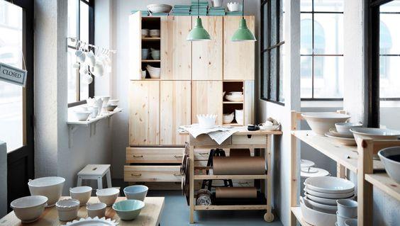 Boutique de poterie avec rangements en pin massif et desserte pour rangement supplémentaire