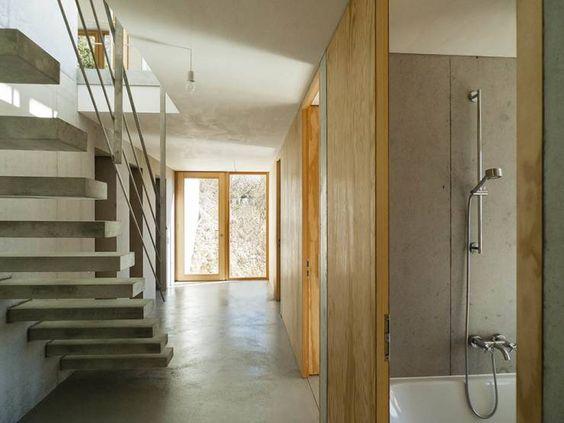 Wohnhaus am Hang, Wyhlen: Modern Flur, Diele & Treppenhaus von GIAN SALIS ARCHITEKT