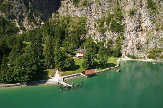 Die Gaisalm in Tirol am Fuße des Karwendel mit tollem Blick auf den Achensee: http://www.karwendel-urlaub.de/angebot/wandern-karwendel/wandern-am-achensee-pertisau-achenkirch-eben-tirol-oesterreich/wanderung-am-achensee-von-pertisau-zur-gaisalm-tirol.html