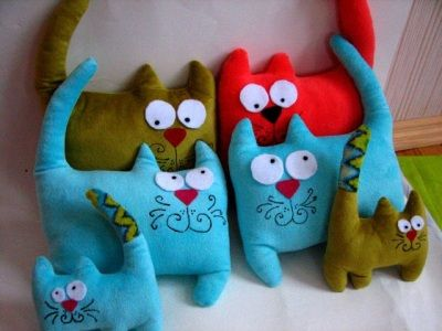 Nice cats and easy to make (one piece, like a cushion)! I made it from fleece (body) and felt (nose and eyes). Cute!