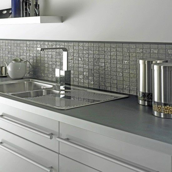 Looking For A Simple And Clean Look How About Pairing Grey Mosaic Tiles With Wh Looking For A Simple Cocinas Azulejos Azulejo De Cocina Decoracion De Cocina