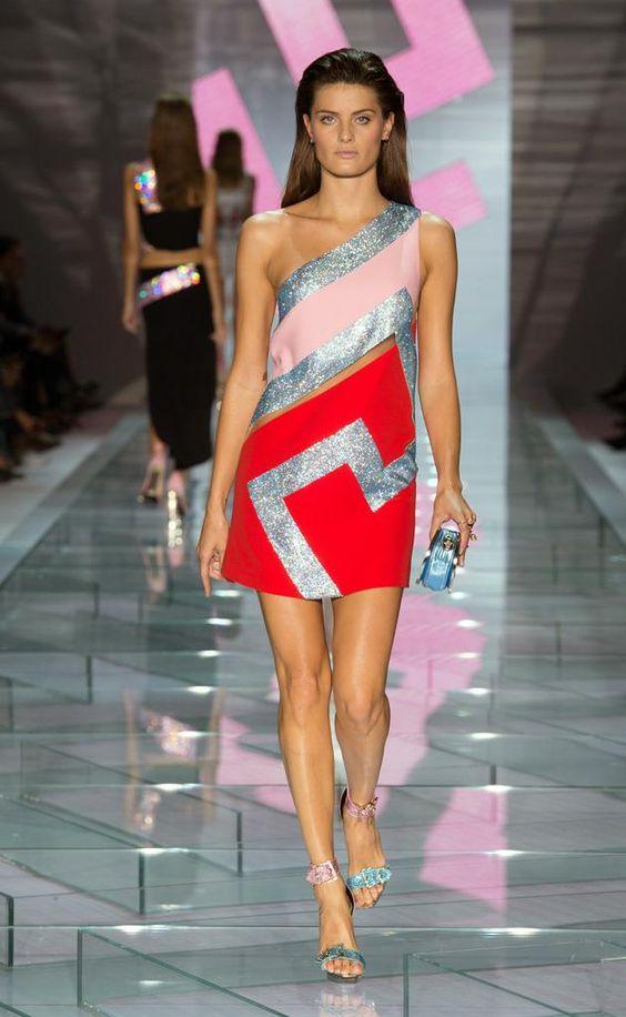 Geometrías y llamativos colores para el verano de @Versace.