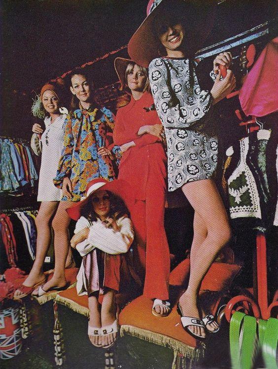 Mulher; Padronagem; Estampas geométricas; Tecidos coloridos;