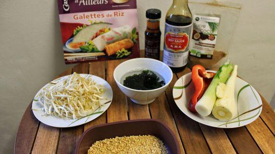 Voici la liste des ingrédients pour les nems :  - Galettes de riz  Les ingrédients - Soja texturé - Algues wakamé - Légumes au choix (ici, panais, oignon nouveau, poivron, ail) - Sauce soja - Pousses de soja  Pour la sauce :  - Sauce soja - Huile de sésame - Sucre (de coco ici)