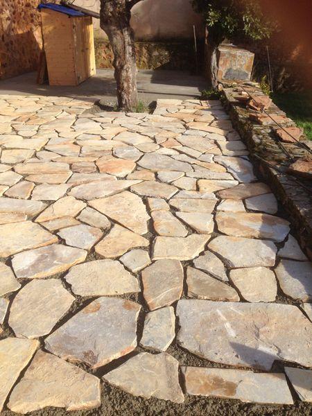 La obra de revestimiento del suelo del patio con piedra for Suelos para jardin sin obra