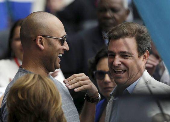 Derek Jeter, ex del equipo de béisbol New York Yankees, habla con Antonio Castro (d), hijo de Fidel Castro, durante un partido de exhibición en La Habana. (Reuters)