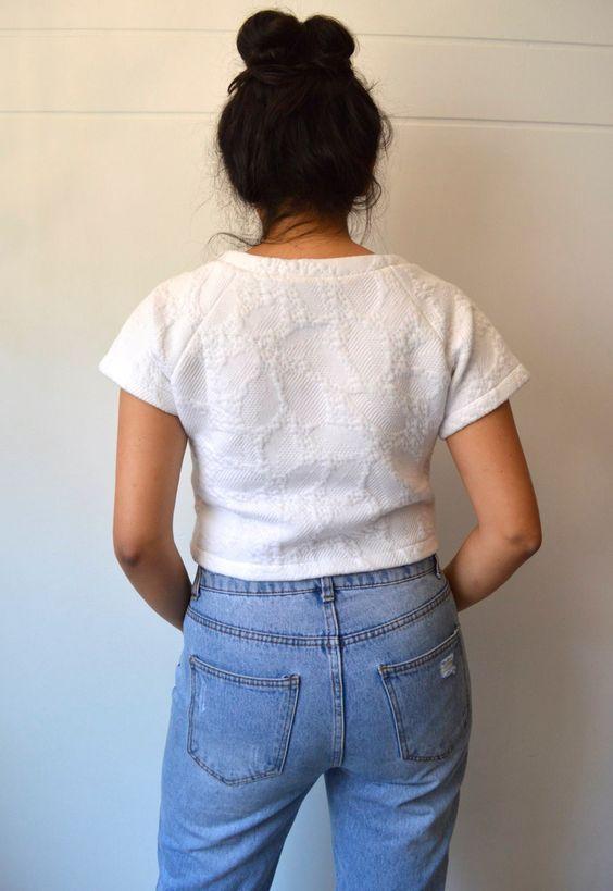 Espalda, camisa blanca con mangas.