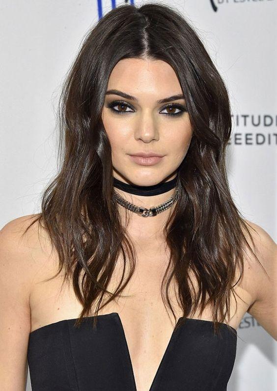 Amamos esse decote tomara-que-caia da Kendall Jenner. Já pensou em usar ele na Wood's?: