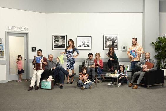 MODERN FAMILY recebe ator de Guerra nas Estrelas: veja a primeira imagem dele em cena! http://www.minhaserie.com.br/novidades/9822-ator-de-star-wars-aterrissa-em-modern-family-confira-a-foto