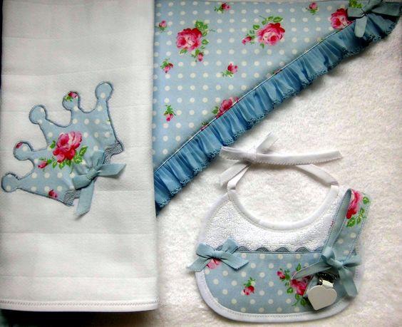 Conjunto de 4 peças: toalha de capucho, fralda, babete e fita de chucha.