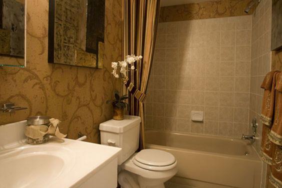 Spacious bathroom with tub/shower combination
