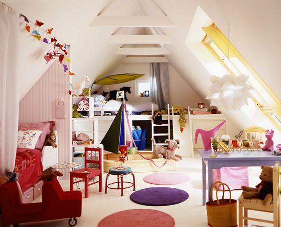 Spielplatz unterm Dach Dieses Kinderzimmer unterm Dach bietet genug Platz zum gemeinsamen Spielen. Bei Bedarf können sich die Kleinen aber auch aus dem Weg gehen. Für Mädchen ist als Rückzugsort die gemütliche Bettnische mit Vorhang in Rosa gedacht. Für den Sohn gibt es ein Hochbett. Interessant ist dessen großer Stauraum: Neben zwei Kommoden gibt es noch einen Freiraum, der als gemütliche Höhle genutzt werden kann.