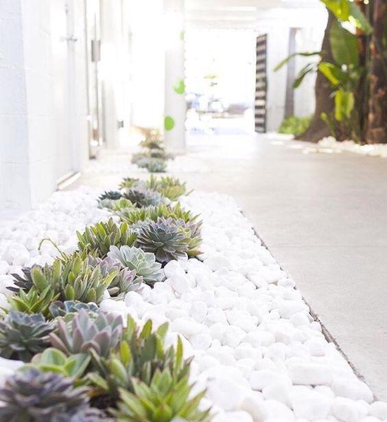Vamos A Ver Cómo Puedes Hacer Uso De Piedras Y Rocas En Tu Jardín Ya Lo Orientes Al Xerisc Rock Garden Design Succulent Landscape Design Landscaping With Rocks