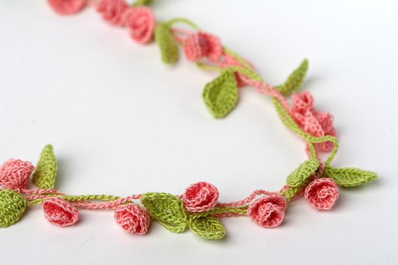 Hermoso collar de mini rosas...