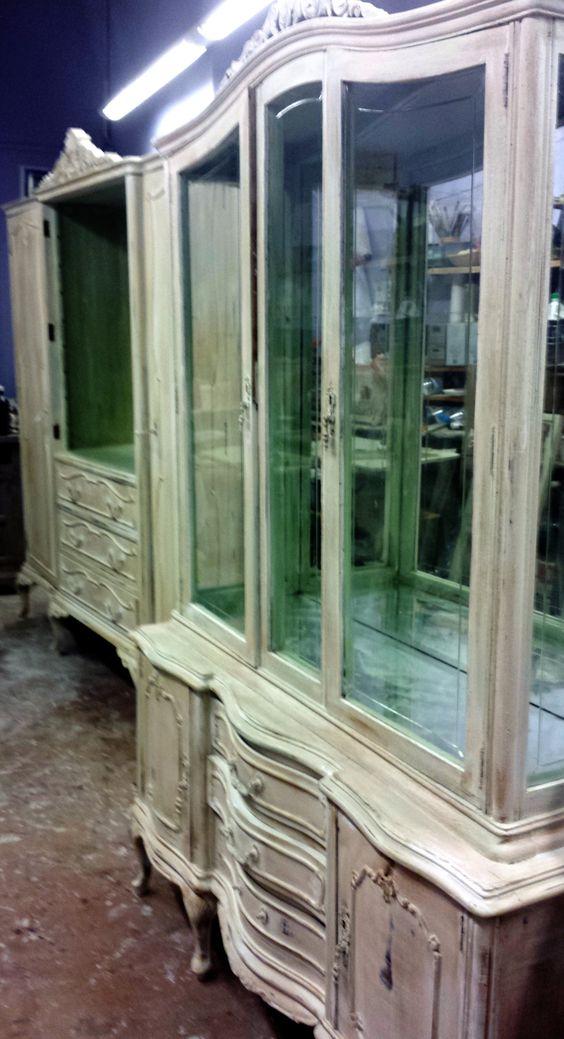 Aparador de estilo cl sico y formas curvadas decapado en - Muebles blanco envejecido ...