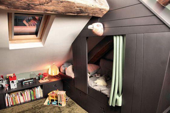 lit cabane d 39 une chambre d 39 enfant am nag e dans les combles d 39 un ancien grenier charbon du. Black Bedroom Furniture Sets. Home Design Ideas