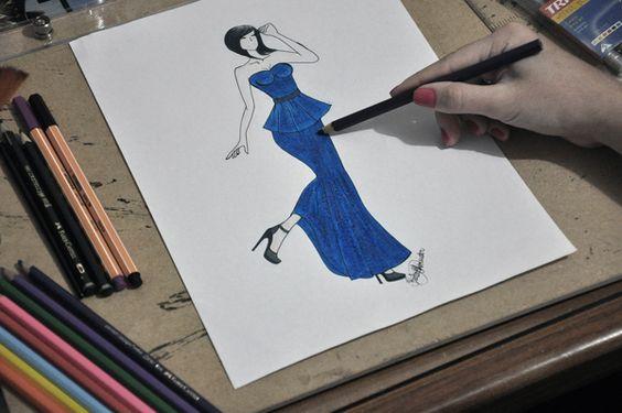 Vestido  longo na modelagem peplum e sereia em tomara-que-caia nos tecidos em malha e sarja, na cor azul bic.