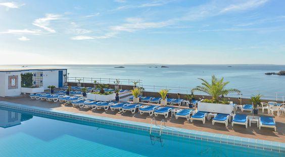 El hotel Cenit tiene una espléndida piscina donde podrás relajarte con vistas al mar. #Ibiza #Eivissa #Baleares #Vacaciones #Holidays #Summer #Verano