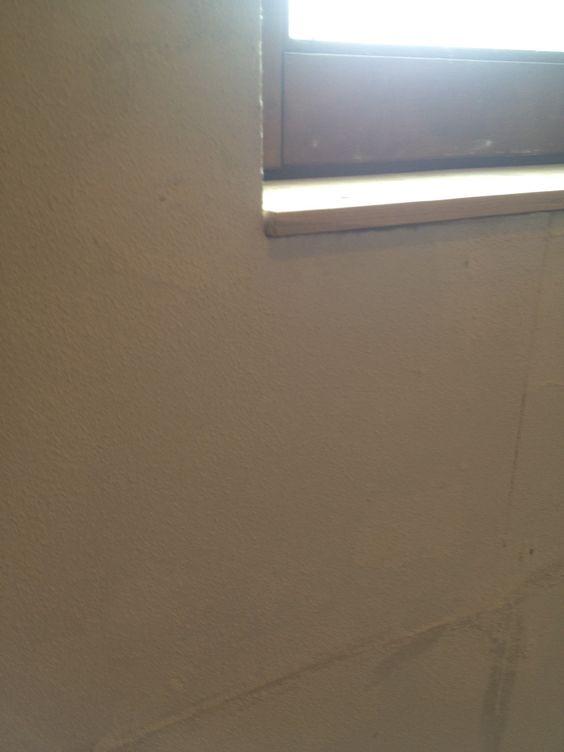 sur la plaque de plâtre ou de gypse, on pose une sous couche en seau au rouleau 24 h avant la pose de l'enduit terre en 3 mm