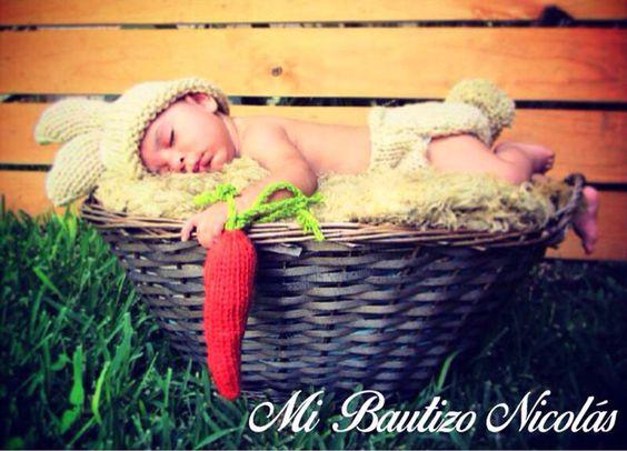 Invitación para un bautizo. Disfrazar al niño de conejo, dormirlo y tomarle la foto en una canasta.