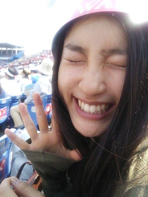 目をつぶって笑う土屋太鳳さん