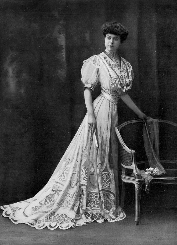 Dinner dress by Compagnie Lyonnaise, photo by Félix, Les Modes March 1907.