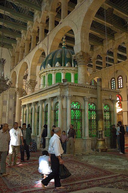 La Gran mezquita de Damasco, también conocida como la mezquita de los Omeyas, es una de las mezquitas más grandes y antiguas del mundo, su construcción comenzó en el año 706 y terminó en 715. Está ubicada en el casco antiguo de la ciudad de Damasco y es de una gran importancia arquitectónica.