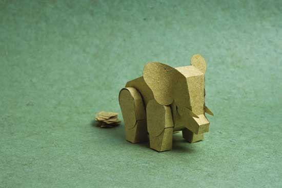Uma fábrica artesanal de papel tailandesa encontrou uma matéria prima alternativa para a produção de papel. A chamada 'PooPooPaper' usa cocô de animais herbívoros, alimentos à base de pasto, para a produção das folhas.
