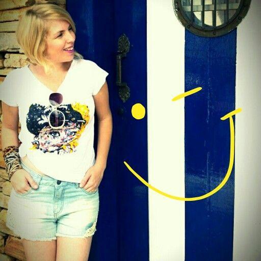 Look do dia: tee + shortinho short jeans, tshirt e acessórios como pulseiras coloridas compõe o look preferido das cariocas, pau pra toda obra!