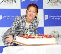 ケーキを前に笑顔の大島優子