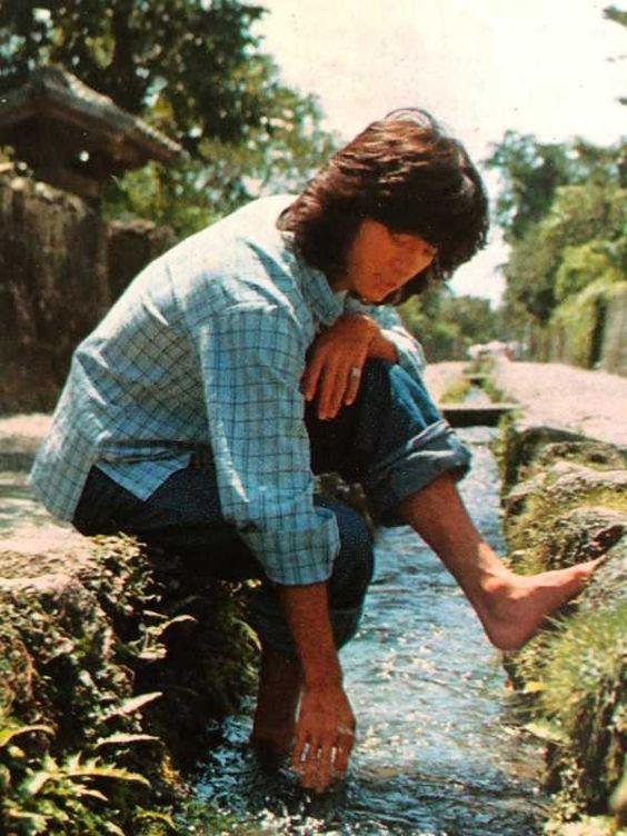 水に足をひたす若い頃・昔の西城秀樹