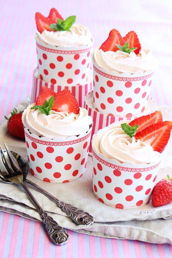 Hmmm ... Endlich geht die Erdbeer-Zeit wieder los. Ich hab letztens schon die ersten heimischen Erdbeeren gekauft. Ein Teil landete in einem leckeren Milchshake und die anderen habe ich in leckere Cup