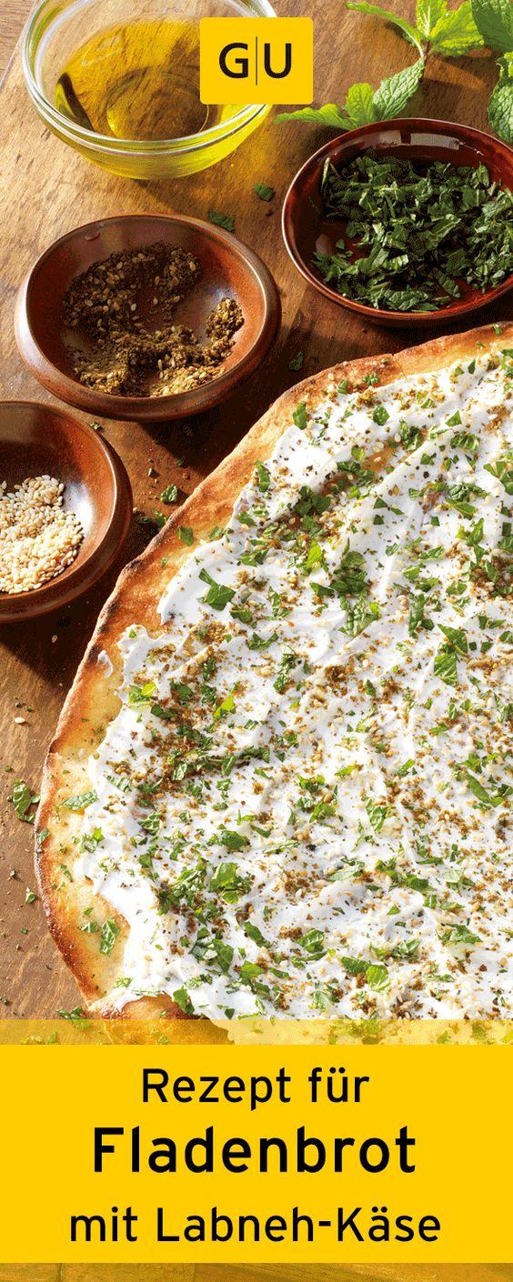 """Rezept für Kräuterfladenbrot mit Labneh-Käse aus dem Buch """"Weber's mediterranes Grillen"""". ⎜GU http://www.gu.de/media/media/115/44594361975217/9783833850257_leseprobe.pdf"""
