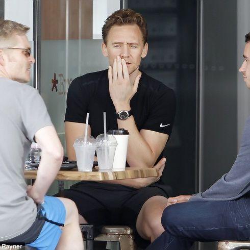 Tom Hiddleston seen on Gold Coast on September 7, 2016. Via Torrilla. (Full size image: http://ww4.sinaimg.cn/large/6e14d388gw1f7ljy1n9gej20hm0dntaq.jpg )