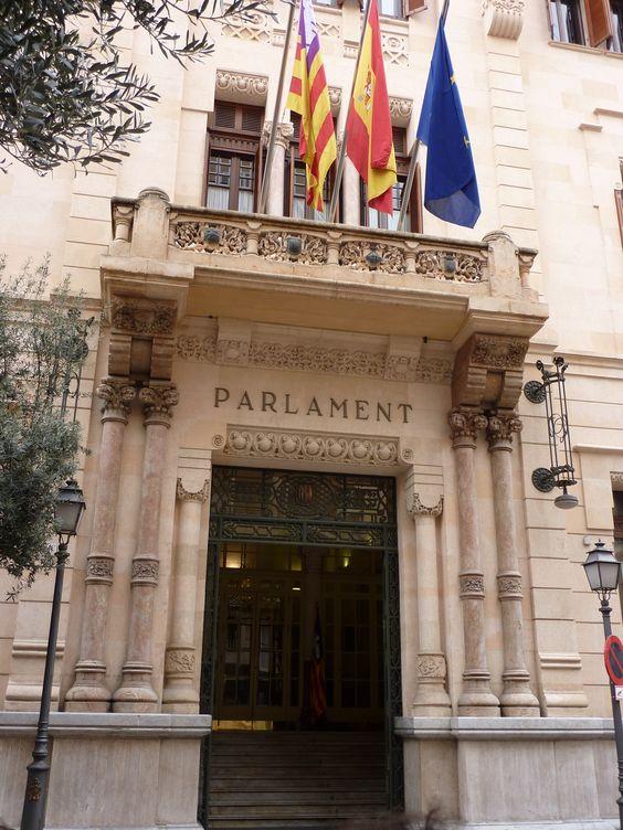 Entrada del Parlamento de Palma de Mallorca.   Alquilar un coche barato en Mallorca: http://www.reservasdecoches.com/es/alquiler-de-coches/Aeropuerto_de_Mallorca.html