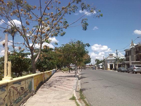 San Pedro de Macorís, República Dominicana: cuna de Pedro Mir y René del Risco Bermúdez, tierra de cañaverales, béisbol y pasteles en hoja.