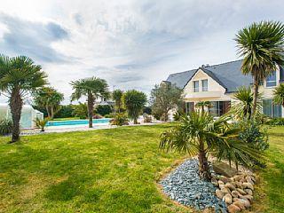 Dans les environs de Carnac, en Bretagne, voici une magnifique villa avec une piscine, parfaite pour passer de belles vacances en famille ou avec vos amis.  #bretagne #carnac #france #vacances