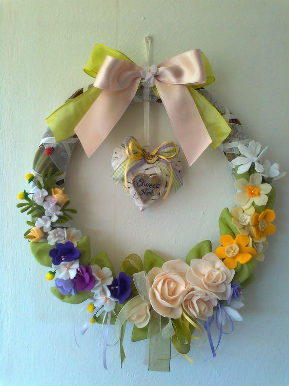 ghirlanda di rami di ulivo con fiori di pannolenci di Laura Tosi https://www.facebook.com/fattoconamorelaura/