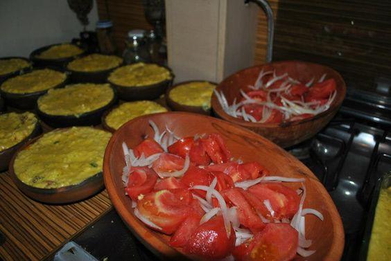 Preparando un rico pastel de choclo con ensalada a la Chilena.
