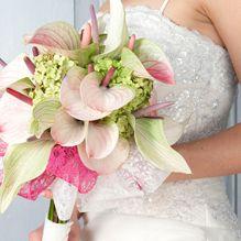 Flowers. Bloemen. Mooi boeket van witte en lichtroze anthurium met felroze lint. Wedding bouquet. Sweet.