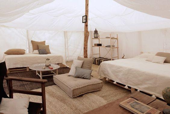 Stone Camp (deserto Agafay, Marrakech)  Em meio ao deserto, você encontra uma miragem: as tendas sofisticadas do acampamento Scarabeo. Embora rústicas, as cinco tendas são como residências particulares, onde cada detalhe carrega um pouco da cultura local. A gastronomia marroquina também é indispensável no local.