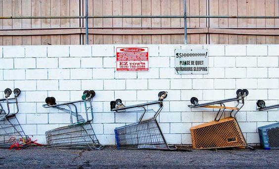 """Umgestülpte Einkaufswagen auf einem Parkplatz. Autos dürfen sich darauf aber nicht befinden, wenn Fotograf Jeff Seltzer seine Aufnahmen macht. Hier: seine """"Shopping Carts"""""""