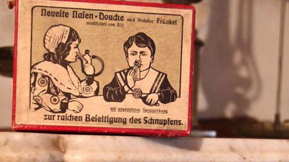 In der Offizin repräsentieren alte Instrumente, Bücher, Mörser, ...  Südtirol Apotheke