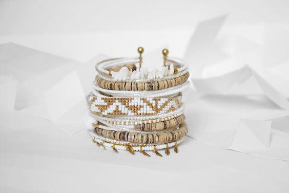"Bracelet ""Ribambelle"" ethnique tons blancs et doré : Bracelet par knock-on-wood"