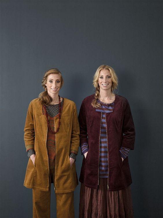 """Herbstmode Basics 2012 - Cordtunika in Bronze und Pflaume:  Auf der linken Seite ist eine bronzefarbene Tunika aus Baumwollcord zu sehen. Sie ist mit dem Baumwollpullover 'Heather' aus der Kollektion """"schottisches Hochland"""", dem graumelangenen Langarmoberteil 'Durum' und der passenden Cordhose kombiniert. Auf der rechten Seite ist die pflaumenfarbene Cordtunika mit einem Rock aus Öko-Baumwolle und dem Basic-Streifenpullover in Kastanie-Dunkelveilchen kombiniert."""
