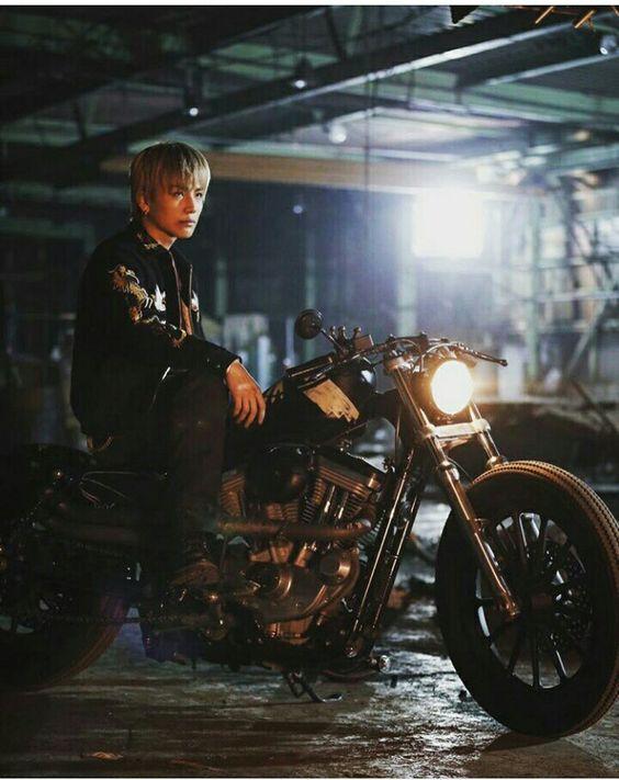 バイクに乗る岩田剛典さんのハイアンドローの壁紙
