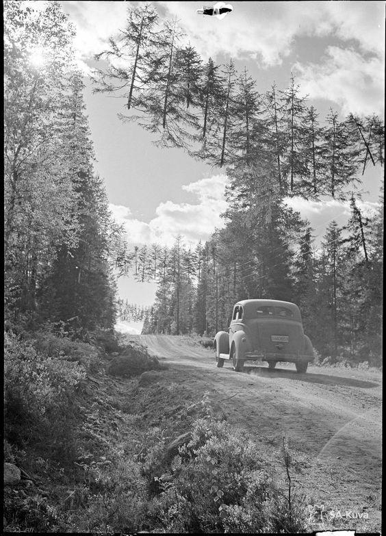 Suomalaiset olivat naamioineet noin 10 km rajalta Raatteen tiellä maantien ilmassa roikkuvilla kuusilla, sillä aivan rajalla oli venäläisten pystyttämä tähystystorni.