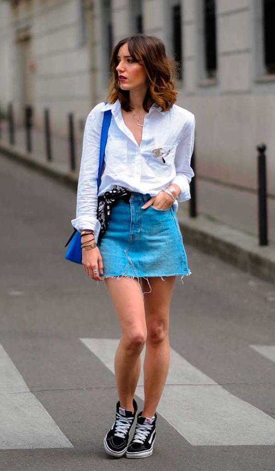 9 Peças coringas que vão dar um up no visual. Camisa branca, saia jeans com barra desfiada, tênis vans preto