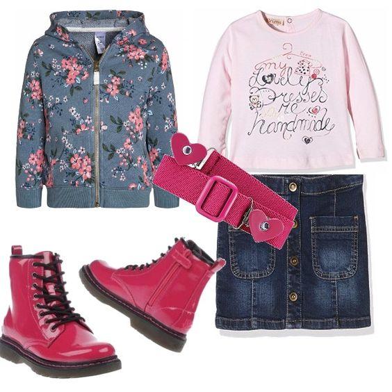 Gonna in jeans con tasche, interamente abbottonata davanti, abbinata ad una t-shirt rosa con stampa. Felpa azzurra con cappuccio in fantasia a fiori. Cintura fucsia, così come lo stivaletto alto in vernice lucida.